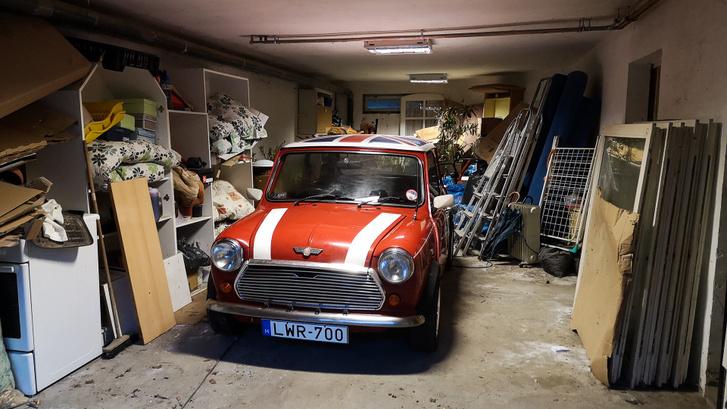 A garázs több család lomjaival tele, de egy Mininyi hely még akadt