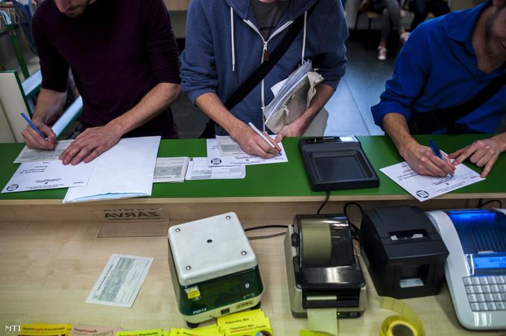 Személyijövedelemadó-bevallásokat adnak fel egy budapesti postán