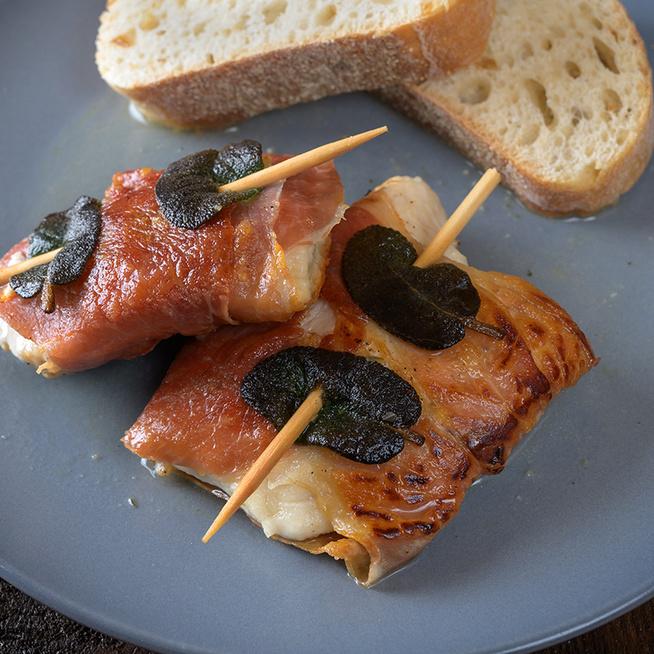 Csirkemell olasz módra, mozzarellával töltve: sonkával körbetekerve sül pirosra