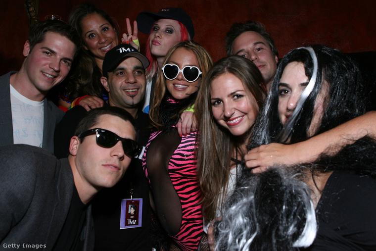 Spears és barátai Heidi Klum halloweeni buliján, 2007-ben. (Sims az énekesnő bal oldalán látható)