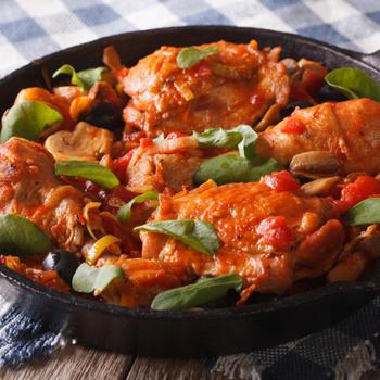Kiadós paradicsomos csirke úgy, ahogy az olaszok készítik: a szaftos fogásba olívabogyó is kerül