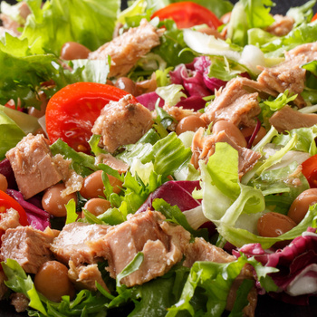 Alakbarát tonhalsaláta zöldségekkel megpakolva - Ideális, könnyed fogás akár estére is