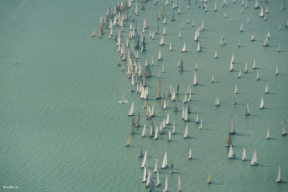 A Kék szalag vitorlásverseny a levegőből július ötödikén.  Európa legrégebbi és legnagyobb tókerülő versenyét 1934-ben rendezték meg először, páros év lévén, idén többtörzsű hajók is indultak a viadalon.