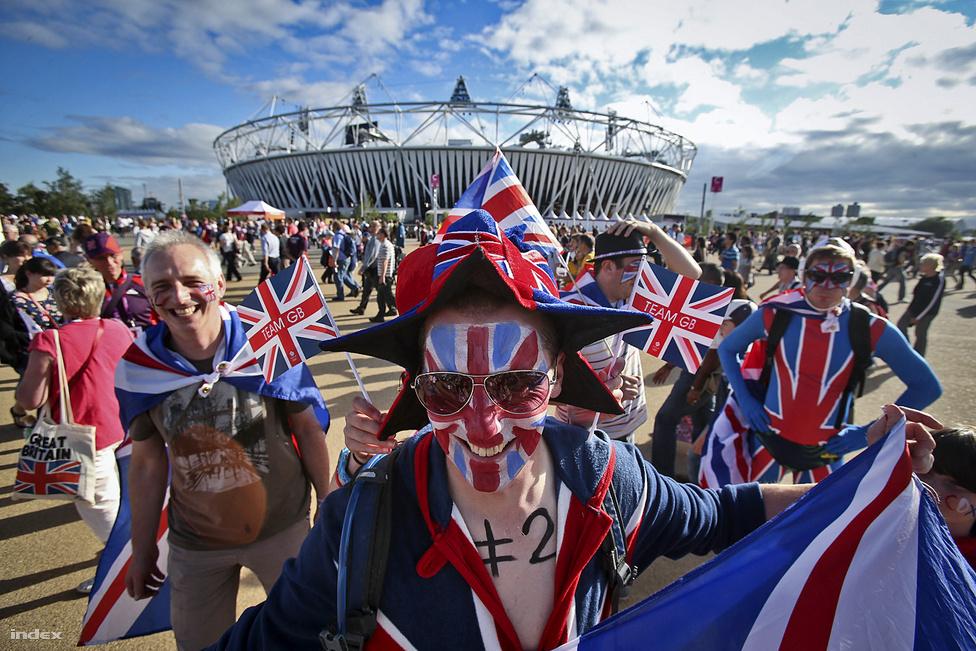 Brit lobogóknak kifestett és abba burkolódzott látogatók a londoni Olimpiai Stadion körül augusztus elsején.
