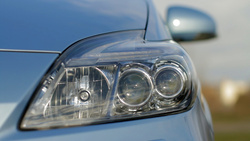 Fontos, hogy legalább a fényszórója nagyon más legyen, mint a második generációnak. Így látni, hogy nem ugyanaz a két autó