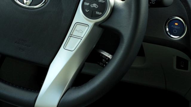 Három érdekes részlet. Karos tempomat, mint egy amerikai autón, kormányról vezérelhető klíma, és térddel bekapcsolható parkolósegéd