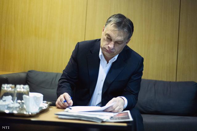 Orbán Viktor felkészül a reggeli rádióműsor előtt