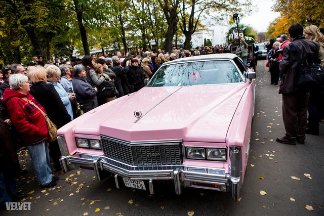 Rózsaszín Cadillac Komár László temetésén