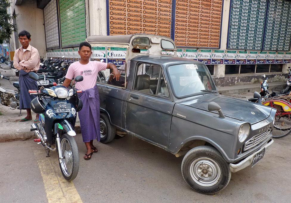 Mazda B600 pickup Yangonban. Ezeket a hatvanas években gyártott, kéthengeres léghűtésesekkel vagy négyhengeres vízhűtésesekkel motorizált, Trabant méretű apróságokat általában iránytaxizásra használják, ami Burmában a regionális közúti közlekedés elterjedt, és viszonylag nem drága módja. Lassan kikopnak a forgalomból, helyüket átveszik a nagyobb platós, erősebb típusok, amikkel gazdaságosabban lehet vállalkozni.