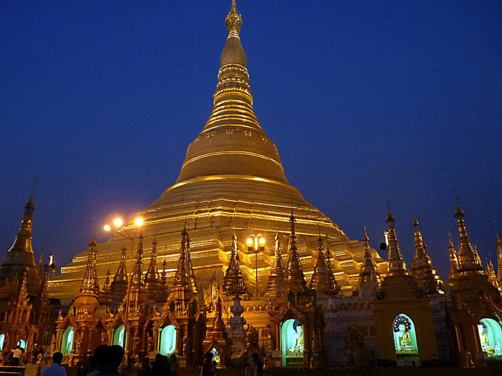 A Shwedagon pagoda Burma legnépesebb városában, Yangonban. A burmaiak 90 százaléka a théraváda buddhizmus követője. A vallás nemcsak a hagyományok miatt fontos a burmaiak számára, de azért is, mert a buddhista szerzetesek a diktatúrában mindvégig a politikai ellenállás frontvonalában tevékenykedtek.