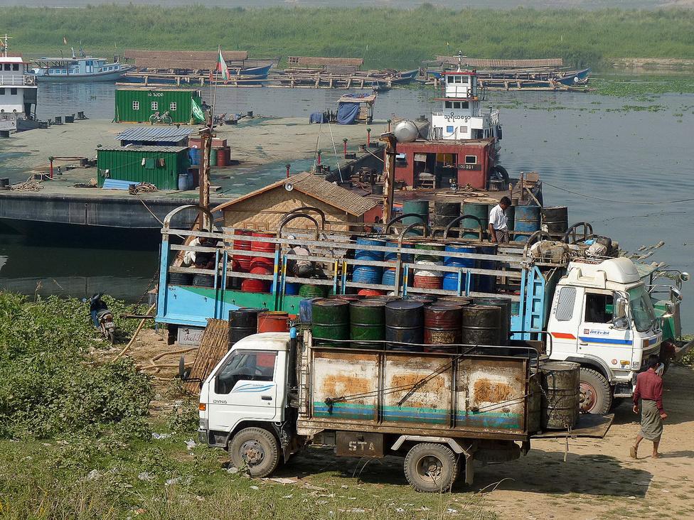 Üzemanyag-depó az Irrawaddy folyón, Mandalay környékén. Burma ásványi kincsekben gazdag, de az olajat importálnia kell. Az Irrawaddy-deltába érkező folyékony aranyat finomítás után teherhajókon szállítják az ország belsejébe. Az Irrawaddy az egész országot átszeli, és éppen olyan fontos szállítási-közlekedési útvonal, mint Laoszban és Kambodzsában a Mekong.