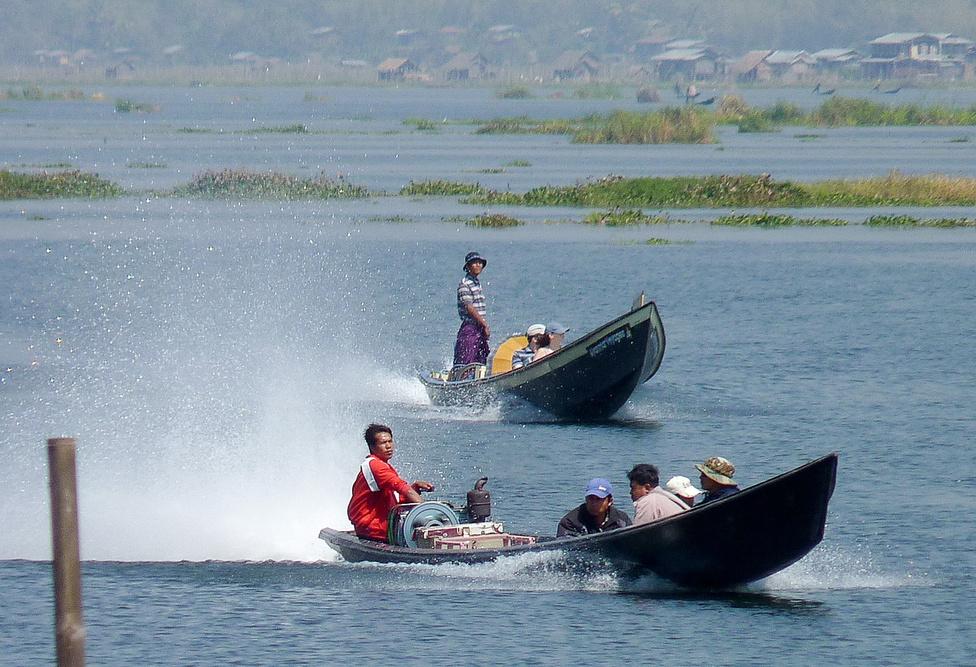 Gyorsjáratban. A part két ellentétes pontja közötti legrövidebb út a vízen át vezet: élénk a hajóforgalom az Inle-tavon. A vízitaxik meglepő sebességgel szállítják utasaikat, a csónaktest méretéhez képest bivalyerős motoroknak köszönhetően.