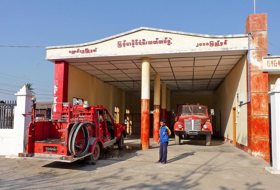 A tűzoltóság garázsa Nyaung Shwe központjában. A mosásra kiállított szerkocsit egy Toyota Land Cruiser alapjaira építették. Nyaung Shwe az Inle-vidék egyik központja, ahol olcsó szállásokat és turisztikai szolgáltatásokat egyaránt bőségesen találnak az utazók, legyen szó akár biciklibérlésről, tavi hajózásról, a szent helyek felkereséséről, vagy az apró hegyifalvakba vezető gyalogtúrákról.