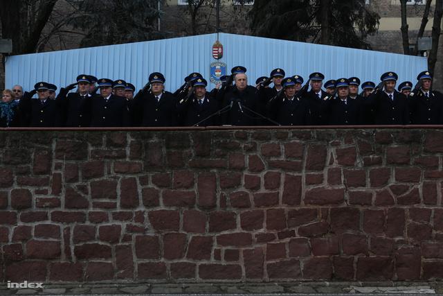 Pintér Sándor végül nem személyesen adta át az új rendőrautókat a rendőrség képzeletbeli karácsonyfája alatt