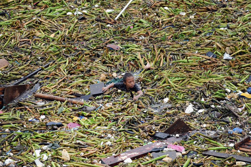 Ingóságai után kutat házának romjai közt egy kisfiú Manilában, amit két a partrasodort halászhajó tett a földel egyenlővé a Saola vihar alatt július 30-án. Legalább egy ember meghalt, többen eltűntek és milliók maradtak áram nélkül a Fülöp-szigeteket sújtó trúpusi viharban.