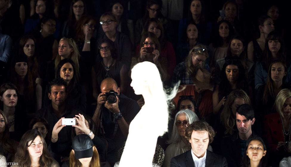 A New Yorki Divathét látogatói figyelik J. Mendel tavaszi/téli kollekciójának bemutatóját szeptember 12-én.