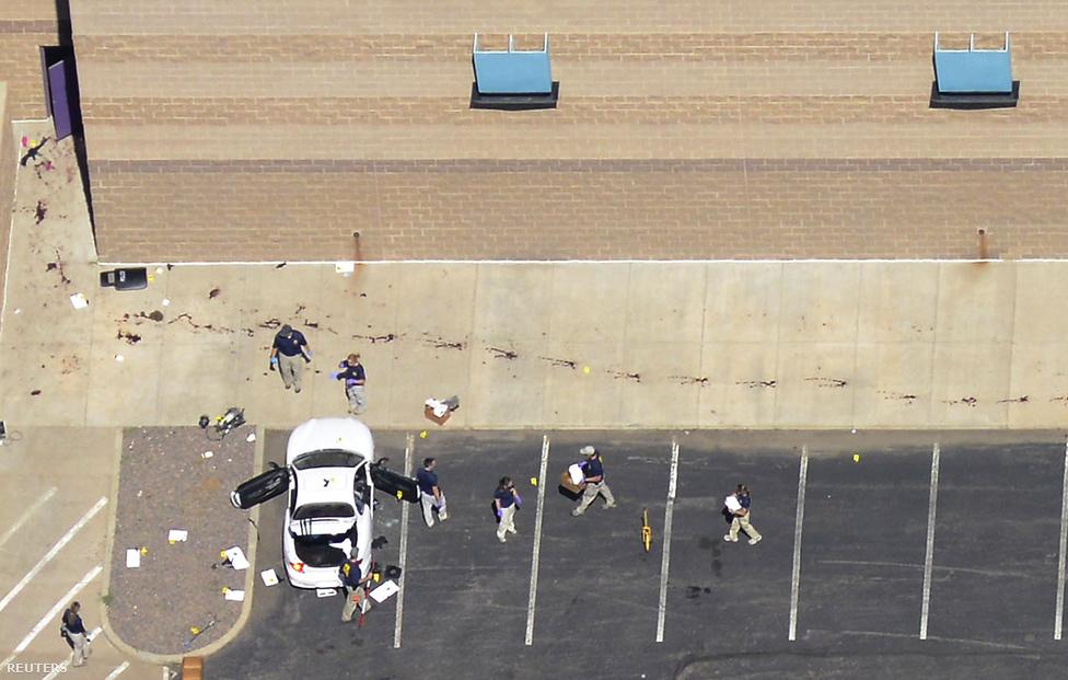Rendőrök helyszínelnek a coloradói Aurora mozijának parkolójában július 20-án, miután James Holmes 71 embert lőtt meg a Sötét Lovag - Felemelkedés c. film bemutatóján. A lövöldözés 12 halálos áldozatot követelt.