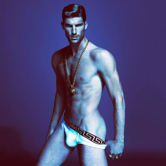 Ryan Barrett modell állva reklámoz alsónadrágot