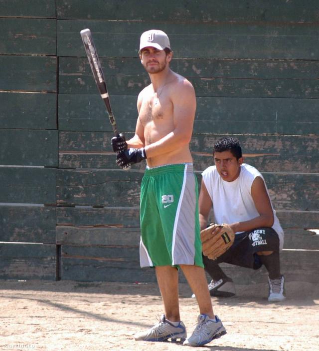 Egy hollywoodi sztár, akiből sosem elég: Jake Gyllenhaal baseballozik