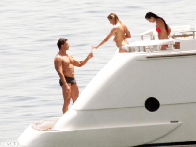 2012. július: Scarlett Johansson Szicíliában hajózik egy jól kigyúrt férfival. Kár, hogy a fotó nem élesebb