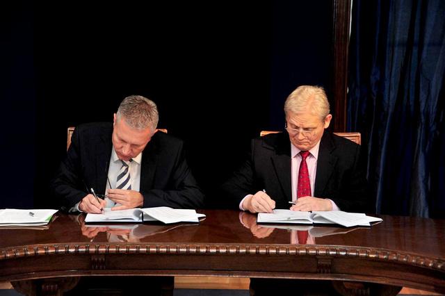 Petykó Zoltán és Tarlós István aláírják az NFÜ és a főváros közti új szerződésta 4-es metró projekt finanszírozásáról.