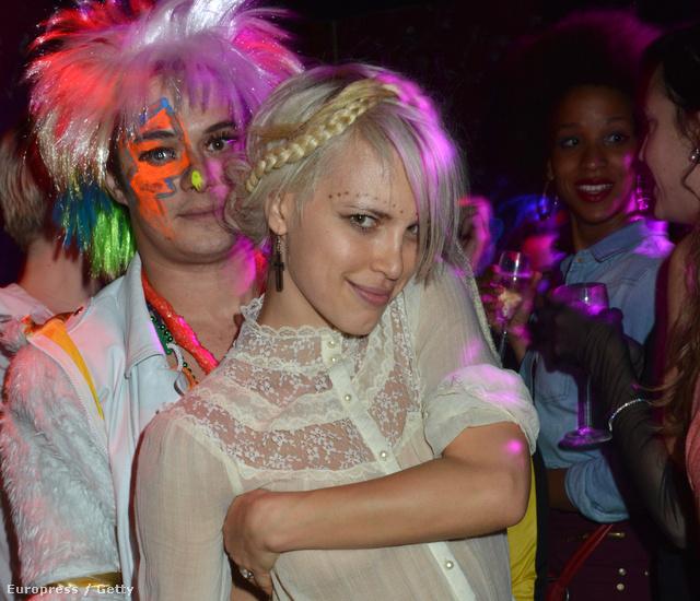 Le Nouveau Monde jelmezbál 2012. december 20-án - Aurelien Wiik és Aria Crescendo a Paradiso Girlsből