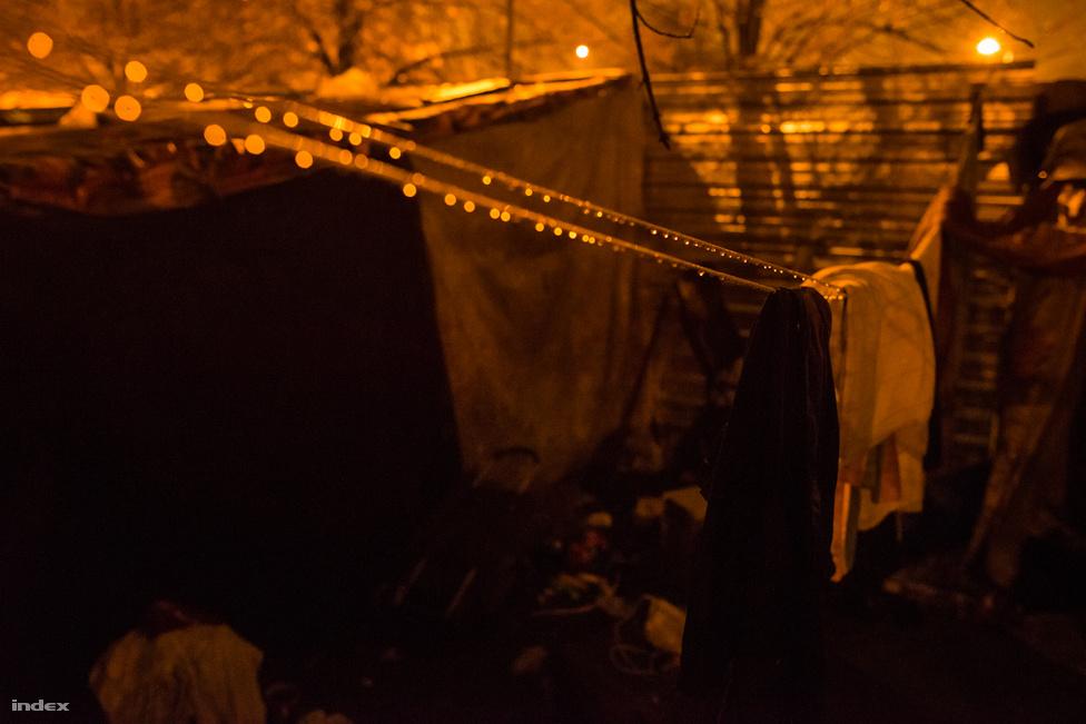 Az éjszakai                         műszak este 6 órától reggel 8-ig tart. A rászorulókat teával kínálják, igény esetén takaróval látják el.
