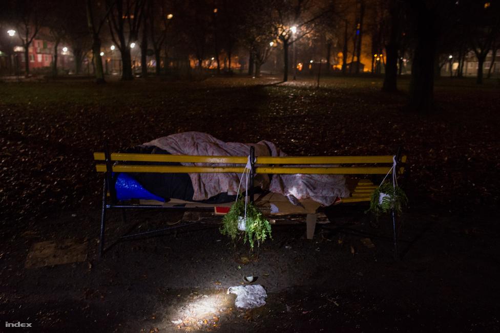 A Menhely Alapítvány krízis autója Budapesten és Pest megyében állampolgári, rendőrségi                         bejelentések valamint társszervektől érkező információk alapján szedi össze az utcán rekedt                         embereket.