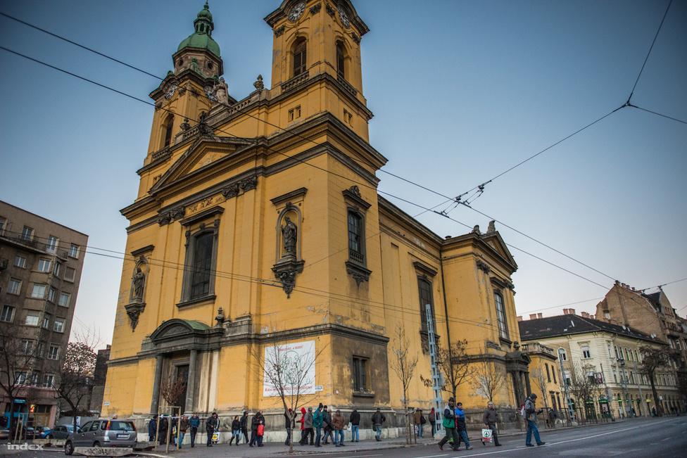 A józsefvárosi Horváth Mihály téren, minden vasárnap délután 3 és 4 óra között misét tartanak                         hajléktalanoknak.