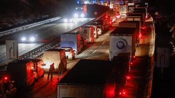 Koronavírusteszt miatt 40-50 kilométeres kocsisor kígyózik a német–cseh határon