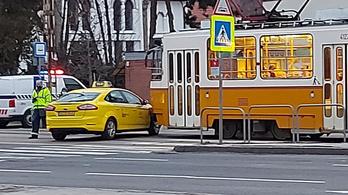 Villamos futott bele egy taxiba Budafokon