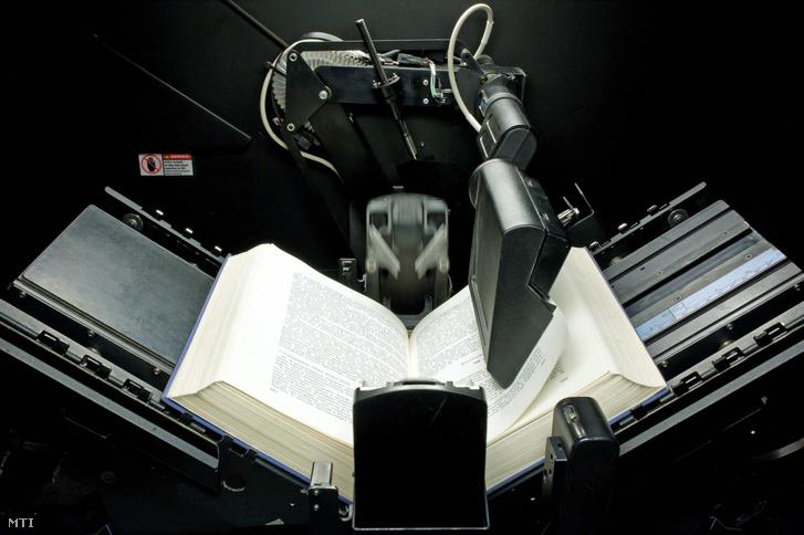 Egy automata könyvdigitalizáló berendezés lapoz egy könyvet 2012. december 5-én