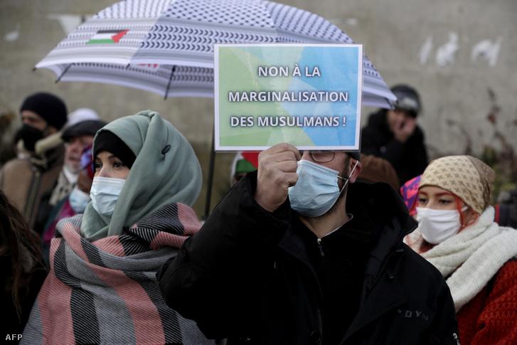 Tüntetők 2021. február 14-én Párizsban.