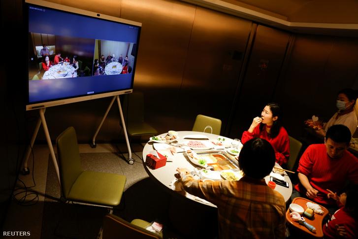 Az északi Csilin tartományban készült fotón egy kínai étterem járványbiztos szolgáltatása látható. Mivel a kormány arra kérte a lakosokat, hogy lehetőség szerint tartózkodjanak az utazástól, sok család videókonferencián ünnepel.