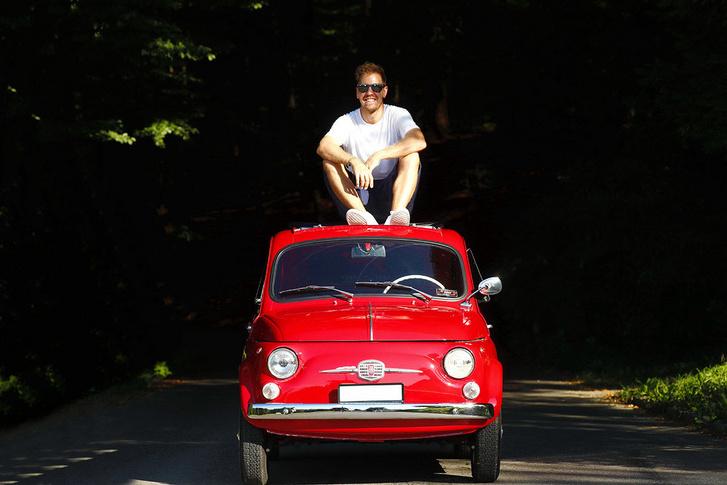 A teljes gyűjtemény része rengeteg motor és sportautó mellett ez a vörös Fiat 500. Ezen még nem ad túl Vettel