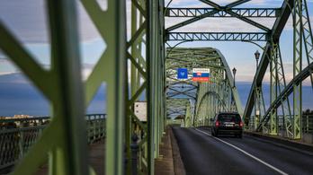 Rendőrök és katonák ellenőrzik a határátlépőket Szlovákiában