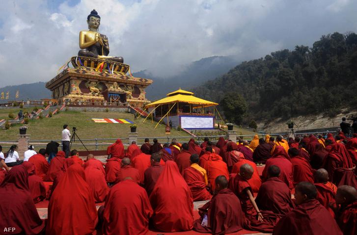 Buddhista szerzetesek gyűlnek a dalai láma Buddha-szobrának avatása alkalmából 2013. március 25-én