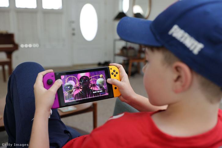 Fortnite-tal játszó kisgyerek