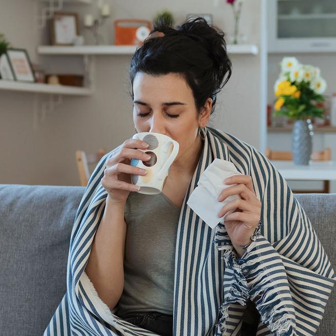 Tényleg jót tesz a forró tea, ha begyulladt a torkod? Ez a 6 étel és ital enyhíti a fájdalmat
