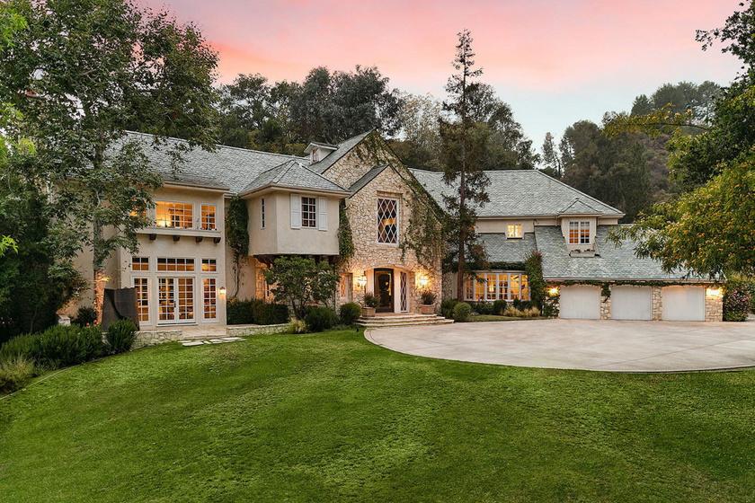 A ház angol counrty stílusban épült. Különlegessége a megannyi fehér keretes franciaajtó és franciaablak.