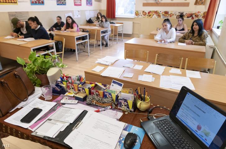Vendéglátó eladó tanulók a Nyíregyházi Szakképzési Centrum (SZC) Bencs László Szakközépiskolájában 2020. február 18-án.