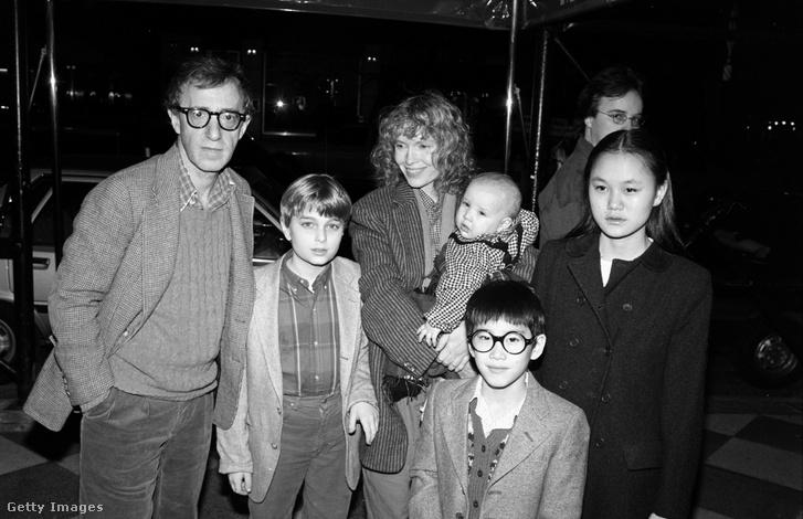 Woody Allen, Mia Farrow, Misha Farrow, Dylan Farrow, Fletcher Previn és Soon-Yi Previn 1986-ban.