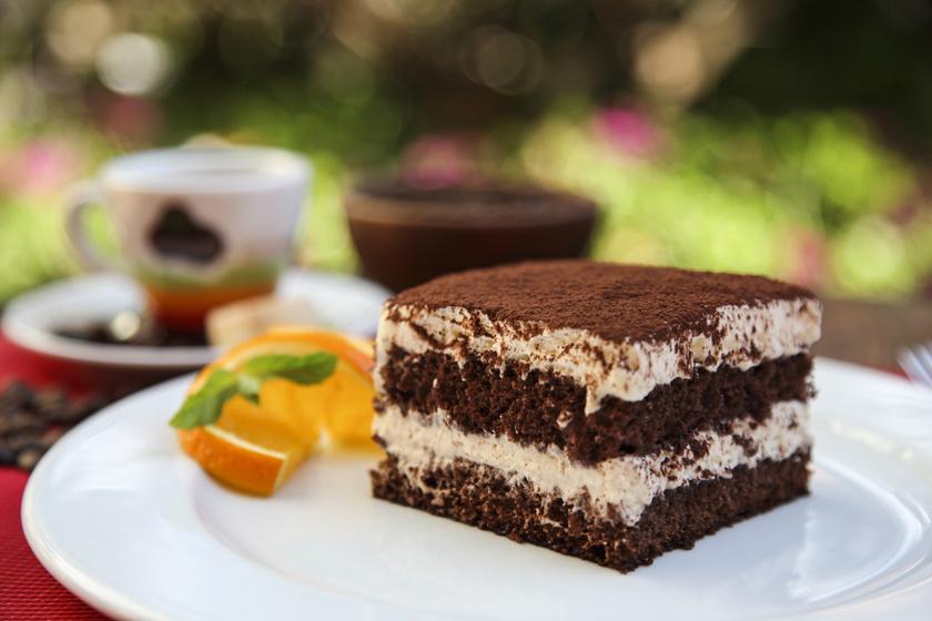 Fantasztikus tiramisukrémes süti: egyszerű kakaós piskóta az alapja