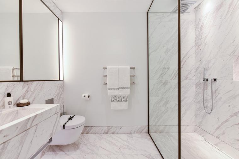 Miután a kissé eklektikus hangulatú nappaliról már mutattunk néhány képet, következzen a fürdőszoba, amiből kettő is van a lakásban