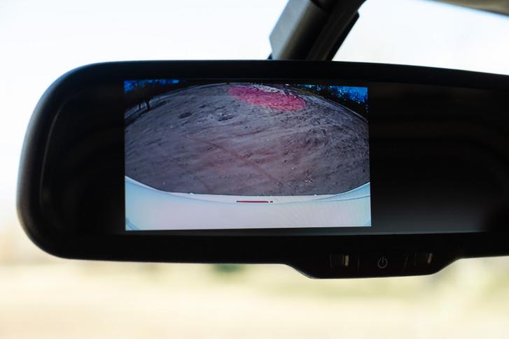 Kamera helyettesíti a tükröt, de talán túl sok látszik az autóból, és túl kevés a mögöttes forgalomból
