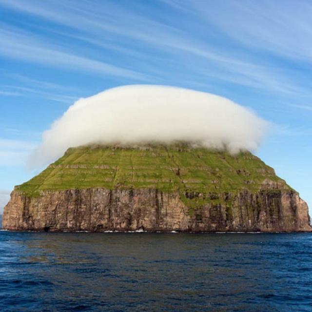 Saját felhője is van a pici lakatlan szigetnek: a Kis-Dímun látványa mesekönyvbe illik