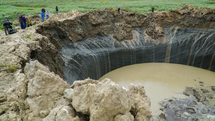 A Jamal-félszigeten felfedezett kráter 2018-ban, már félig tele vízzel