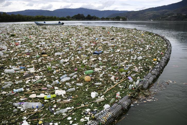 Összegyűjtött hulladék az Amatitlan-tó felszínén Guatemalában, 2020. május 29-én