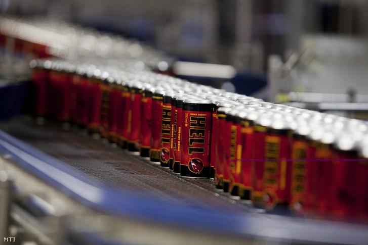 Eredeti összetevőjű Hell energiaitalok haladnak a gyártósoron a Hell Energy Magyarország Kft. szikszói üzemében 2011. szeptember 15-én
