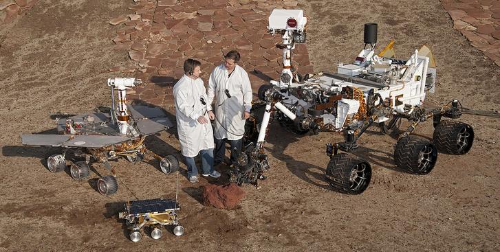 Rovergenerációk: a legkisebb és legrégibb a Sojourner, balra a Spirit, jobbra az Opportunity